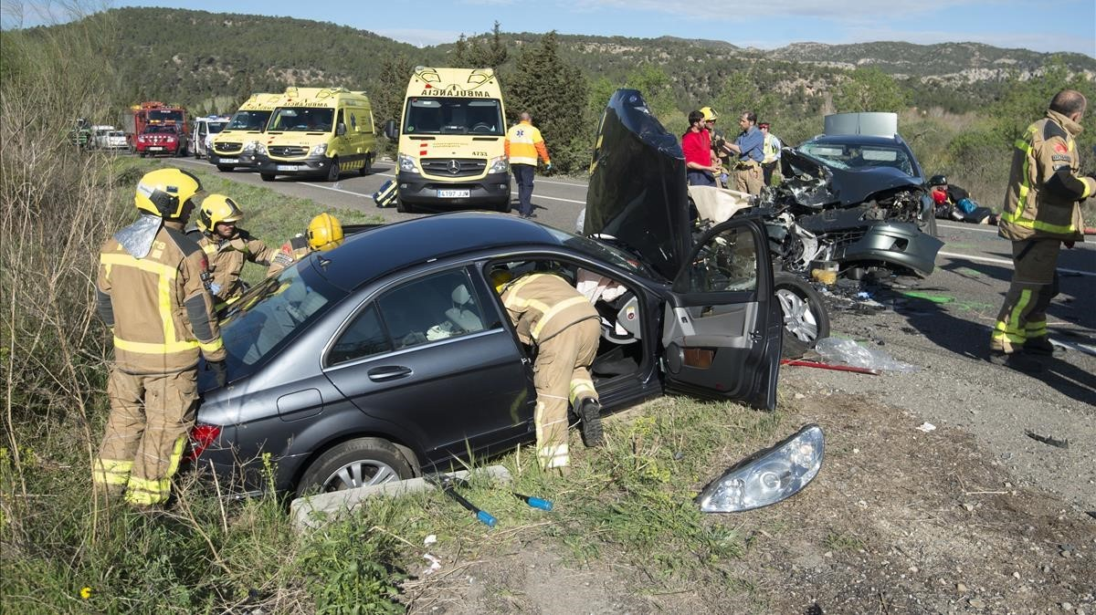 Accidente de tráfico en la carretera C-12 enGarcia (Ribera dEbre) en el que resultaron heridas cuatro personas, con tres coches implicados, a finales de marzo.
