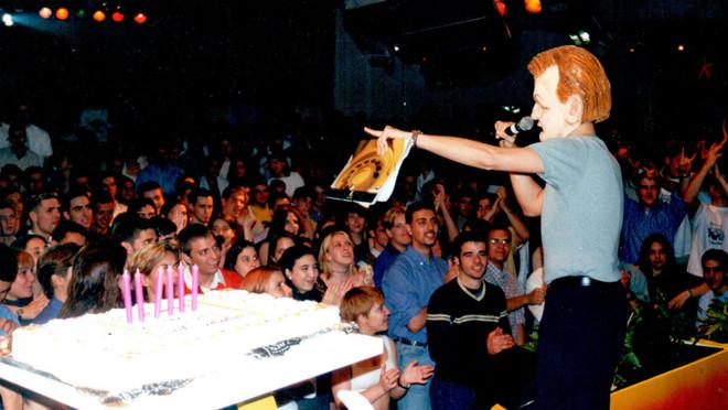 Un actor del Força Barça con la careta del Jordi Cruyff regala carpetas de la disco Paladium en el sexto aniversario del local, en 1999.