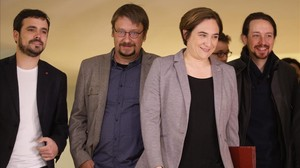 Ada Colau, flanqueada por Pablo Iglesias, Xavier Domènech yAlberto Garzón.