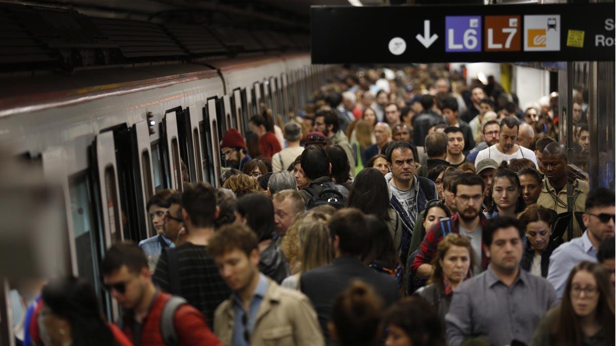Aglomeraciones en la estación de Diagonal durante la jornada de huelga de metro en Barcelona.