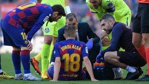 Alba, tendido en el suelo, lesionado.