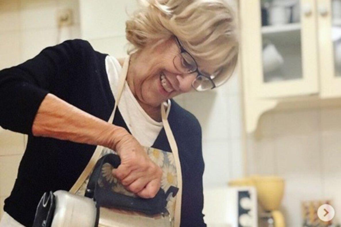 Manuela Carmena prepara magdalenas.