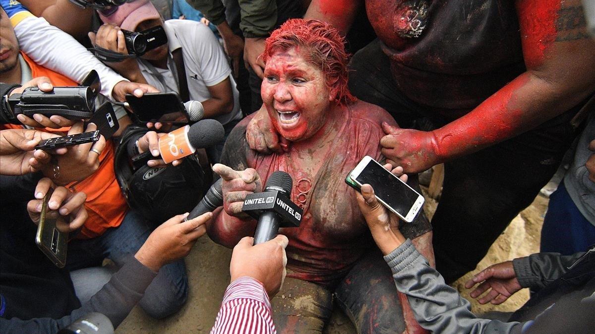 La alcaldesa de Vinto, Patricia Arce, se dirige a los medios tras ser arrastrada por la calle y rociada con pintura roja.