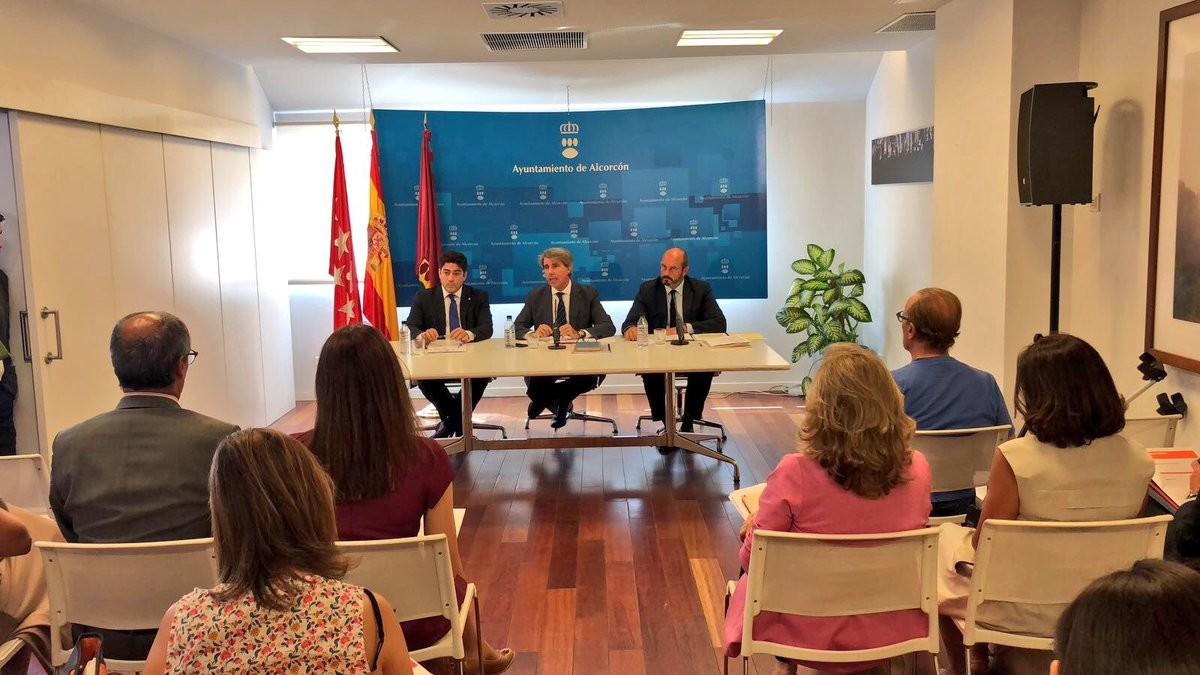 El alcalde de Alcorcón, David Pérez, junto al presidente de la Comunidad de Madrid, Ángel Garrido.