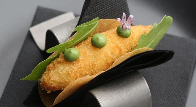 Taco crujiente de croqueta de queso y rúcula