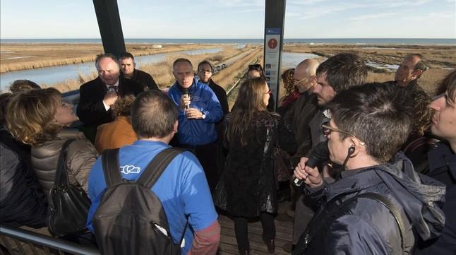 Una delegación de eurodipitados atiende en un mirador las explicaciones de Manolo Tomás, dela Plataforma en Defensa del Ebro.