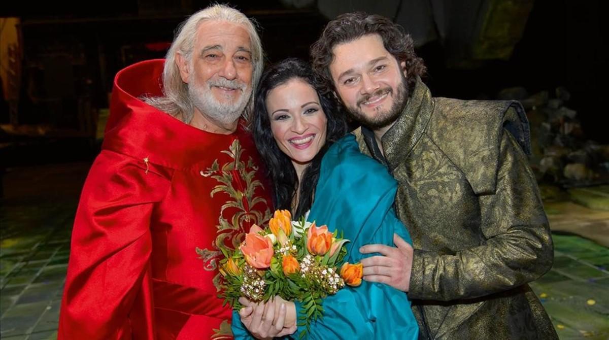 La soprano Davinia Rodríguez con Plácido Domingo y Arturo Chacón en ' I due Doscari', hace dos años en Viena.