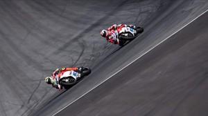Andrea Iannone (izquierda) traza una curva por delante de su compañero en Ducati Andrea Dovizioso, durante el GP de Austria de MotoGP.
