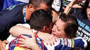 Ángel Martín y Susana Almoguera se abrazan a su hijo Jorge y lloran de felicidad en el corralito de Sepang.