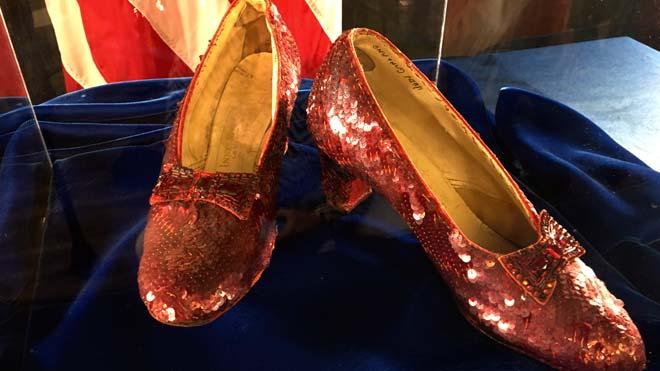 Recuperan 13 años después los zapatos de Dorothy en El mago de Oz.