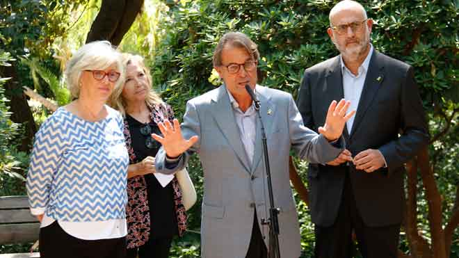 Artur Mas, Joana Ortega e Irene Rigau, en el Palau Robert antes de atender a los medios.