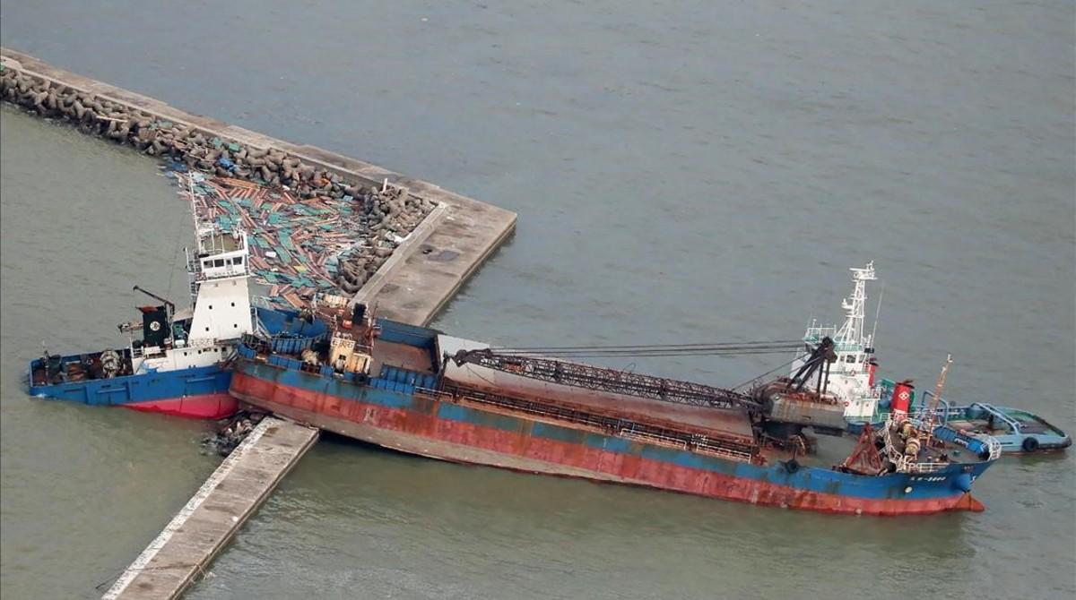 Un barco petrolero de 2.500 toneladas se estrelló desde un puente en una pequeña isla cerca del aeropuerto de Osaka.