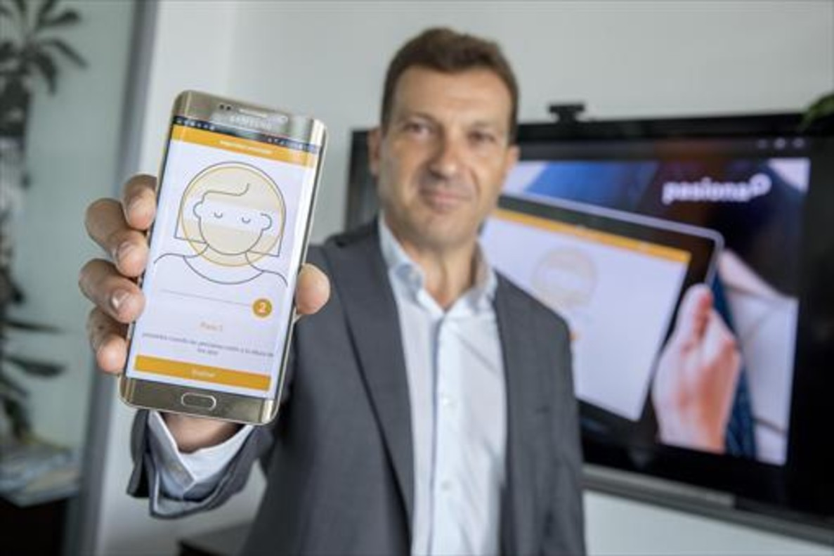 El director general de Pasiona, David Teixidó, en la sede de su empresa, en el 22@, mostrando la app de Arquia.