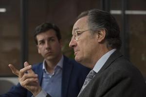 EN FAMILIA. Albert Campabadal, padre e hijo, en la estancia del consejo de redacción de EL PERIÓDICO.