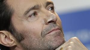 Hugh Jackman muestra las señales de la reciente intervención a que fue sometido para extirpar un carcinoma en la nariz.
