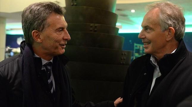 Blair (derecha) y el presidente argentino, Mauricio Macri, en el Foro Económico Mundial, en Davos (Suiza), el 21 de enero.