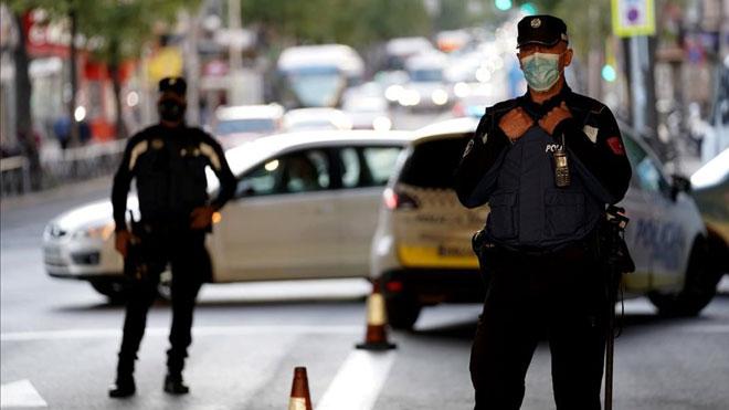 El BOE publica la orden que obliga a Madrid a aplicar nuevas restricciones. En la foto, controles policiales en Vallecas.
