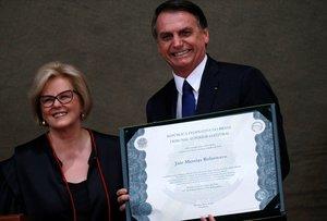 Bolsonaro junto a Rosa Weber, presidenta del Tribunal Supremo, celebrando la victoria electoral de Bolsonaro