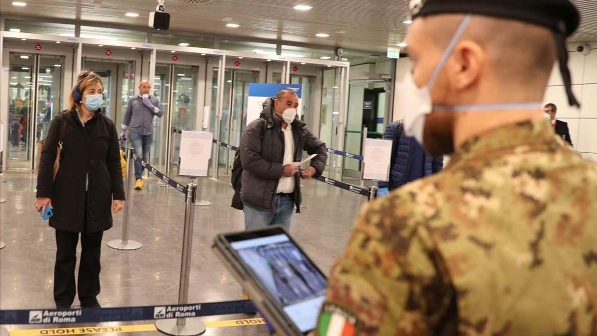Bruselas apremia a los países de la UE a reabrir su frontera interior antes del 15 de junio. En la foto, control de temperatura en el aeropuerto de Fiumicino (Roma).