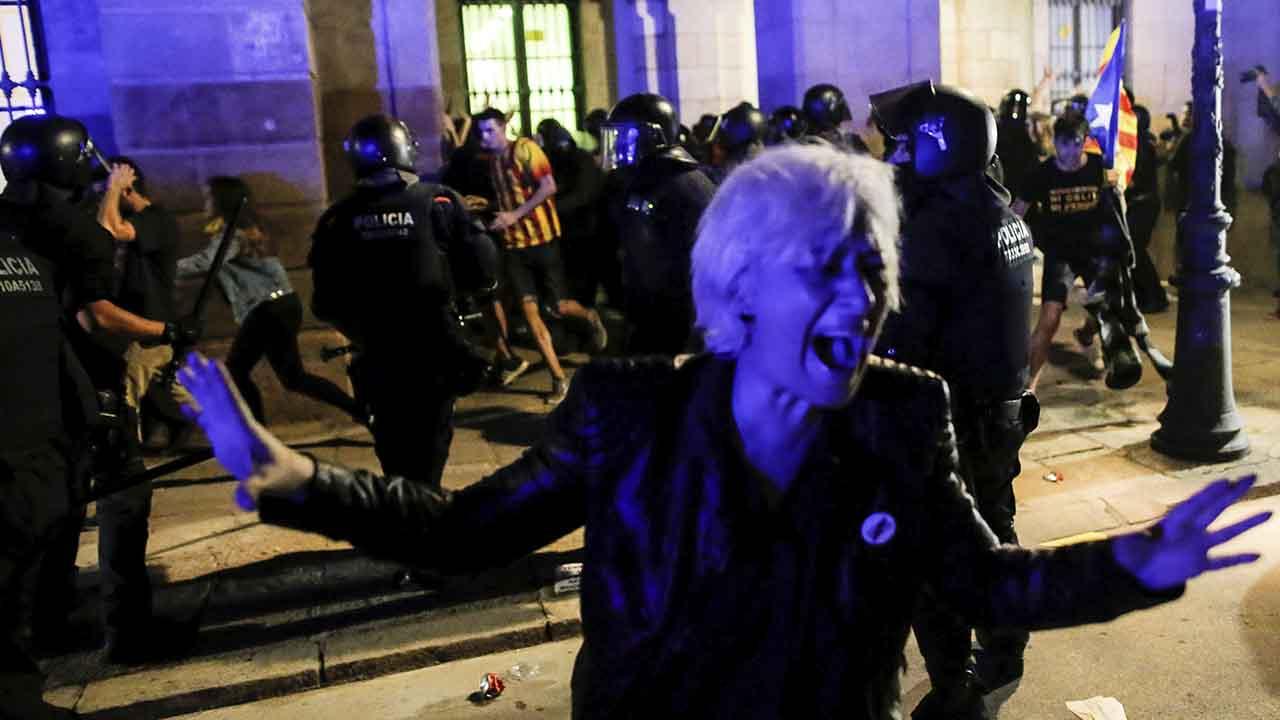 La calle desborda a Torra. Tensión tras la actuación de los Mossos frente al Parlament.
