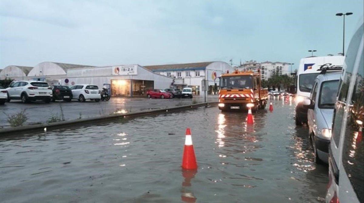 Calle de Ibiza inundada por el aguacero.