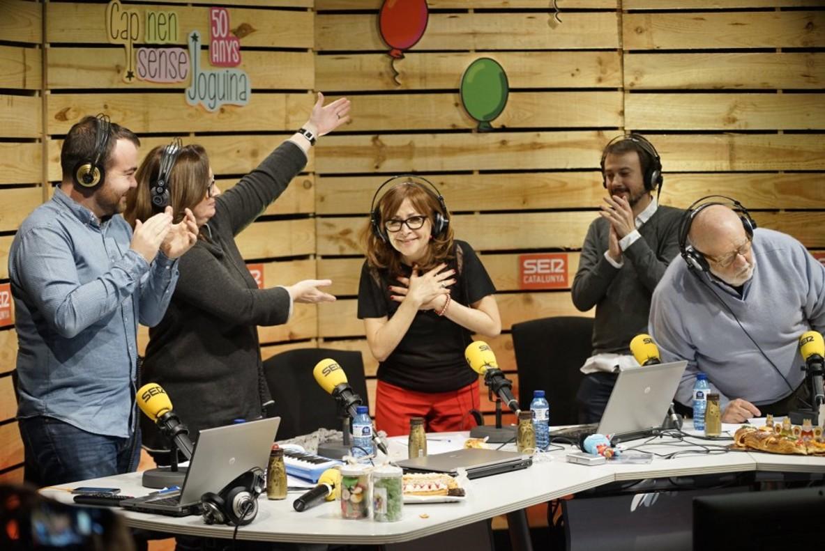Rosa Badia (en el centro), junto a Elisenda Roca y Jaume Figueras, entre otros, en unmomentode 'Cap nen sense joguina'.