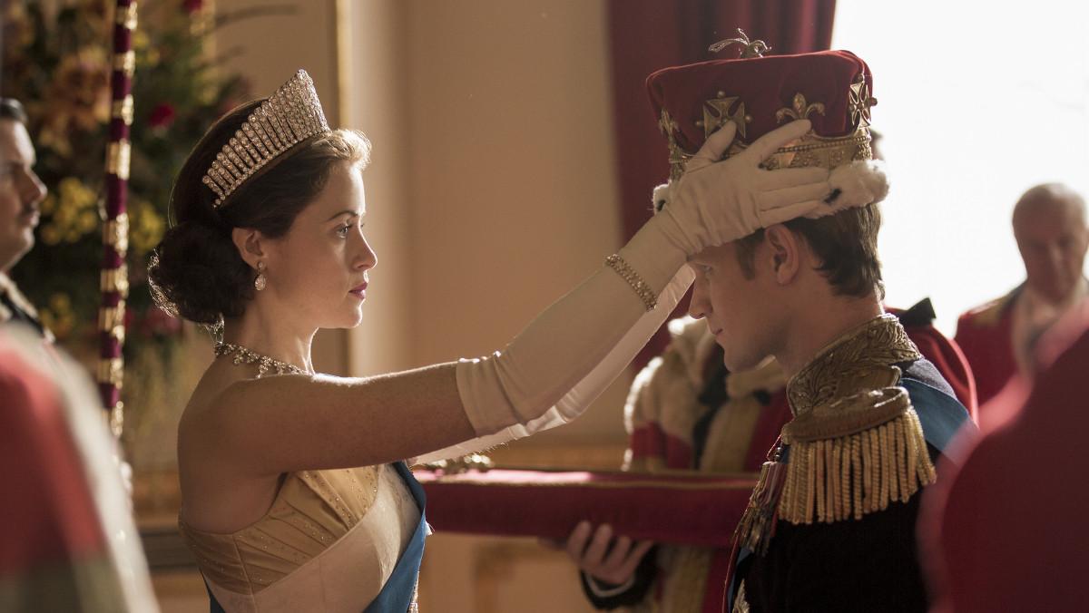 Claire Foy, como Isabel II, y Matt Smith, como el duque de Edimburgo, en la segunda temporada de The crown.