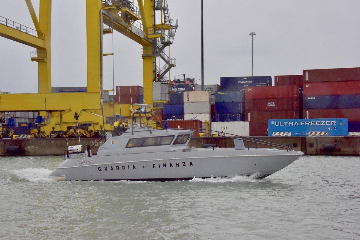 Un embarcación de la Guardia de Finanzas italiana patrulla el puerto de Livorno (Italia),este miércoles.