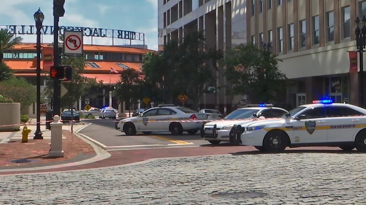 Coches de policía cerca de la zona del tiroteo en Jacksonville.