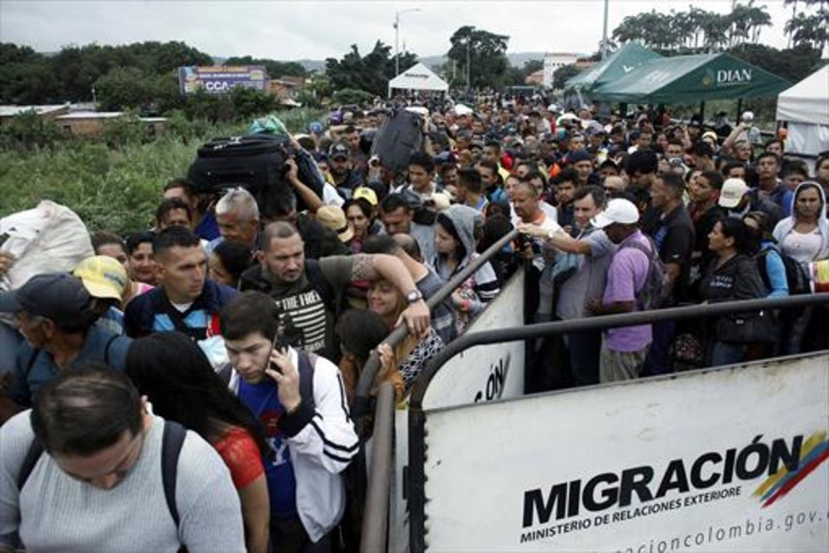 Cola para cruzar a Venezuela desde Colombia a través del puente internacional Simón Bolívar en Cúcuta, el 13 de febrero.