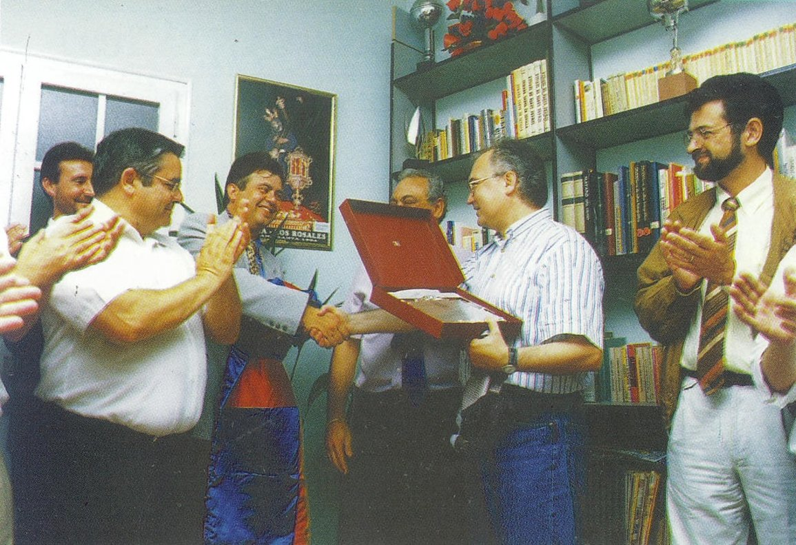 El concejal socialista de Mataró Remigio Herrero, a la izquierda, en una recogida de un galardón junto al alcalde Manuel Mas en la sede de la Hermandad Nuestro Padre Jesús Nazareno de Mataró, en 1996.