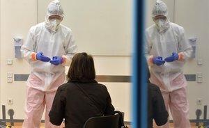 Un enfermero habla con una mujer a la que se dispone a hacer el test del coronavirus.