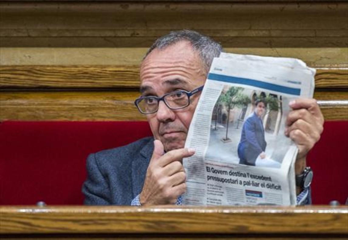 Coscubiela muestra un ejemplar de EL PERIÓDICO desde su escaño.