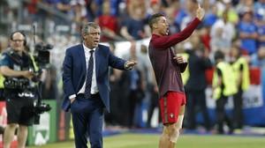 Cristiano Ronaldo da instrucciones a sus compañeros desde el área técnica junto a su seleccionador, Fernando Santos, durante la final de la Eurocopa entre Portugal y Francia.