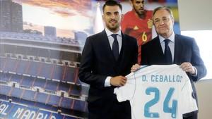 Dani Ceballos junto a Florentino Pérez en la presentación del bético en el Bernabéu.