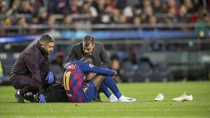 Dembélé, abatido tras lesionarse de nuevo durante el partido contra el Dortmund.