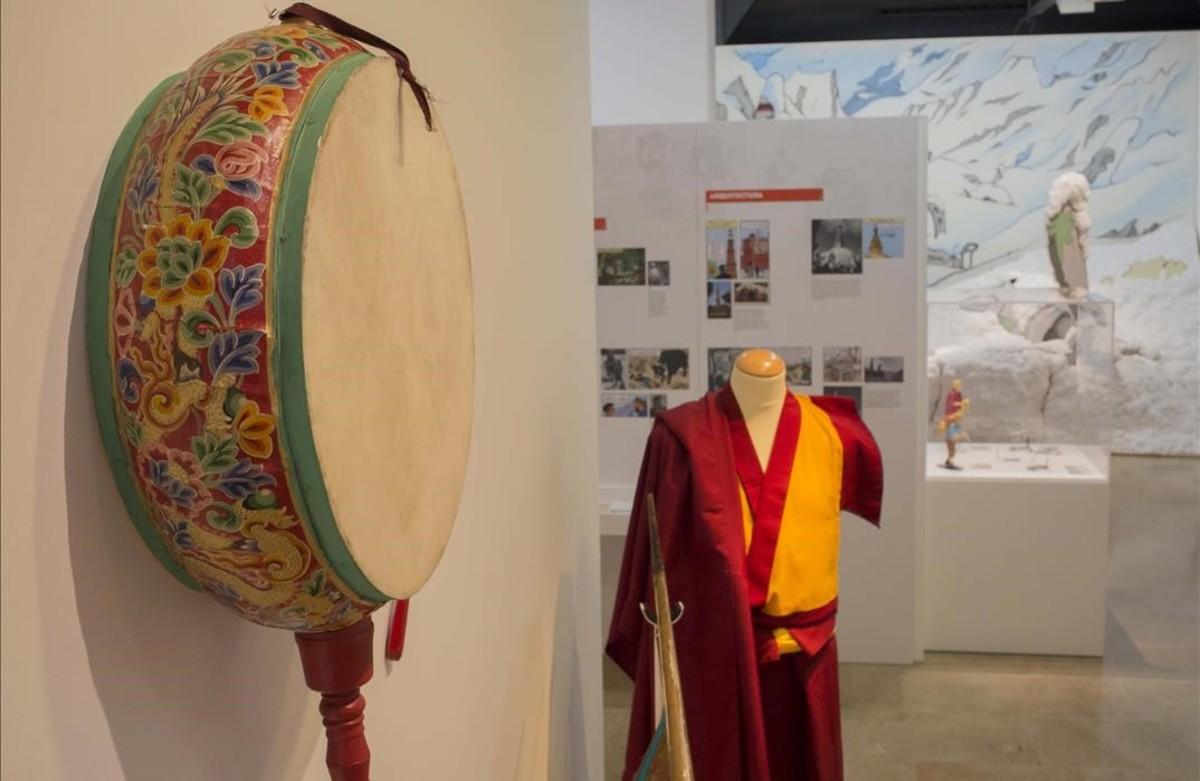 Detalle de elementos tradicionales de la cultura tibetana, en la muestra del Museu dHistòria de Catalunya sobre las influencias reales que Hergé trasladó a Tintín en el Tíbet.