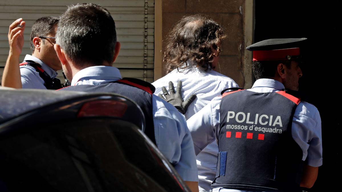 Los Mossos d'Esquadra han detenido a un hombre por su supuesta relación con la desaparición de su expareja en Terrassa (Barcelona), donde los agentes registran por orden judicial la vivienda que ambos compartían para tratar de localizar el cadáver de la mujer, Mònica Borràs.