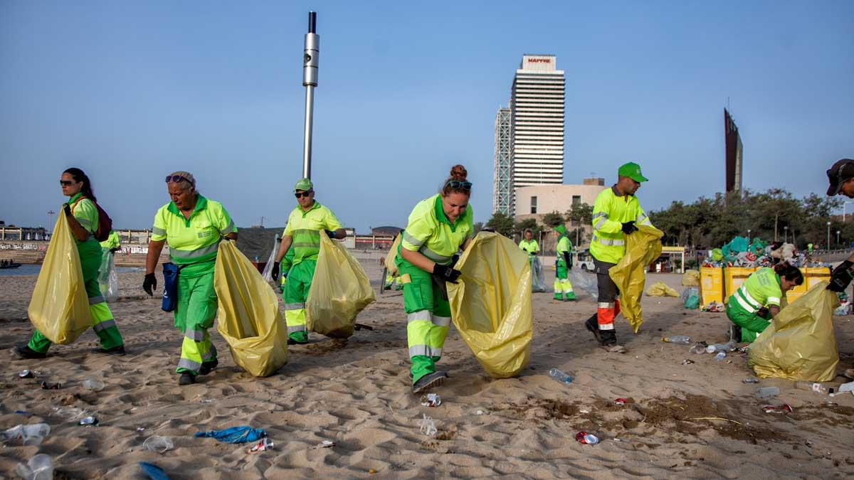 Dispositivo de limpieza en la playa de la Nova Icària de Barcelona tras la verbena de Sant Joan.