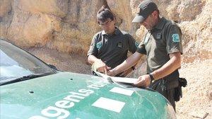 Dos agentes rurales en el Parc natural de la Serra del Montsant.