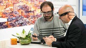 Dos asistentes a la última edición de la feria prueban una aplicación inteligente.