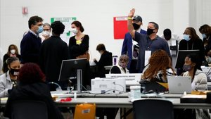 Un centro de escrutinio de votos en Detroit, Michigan.