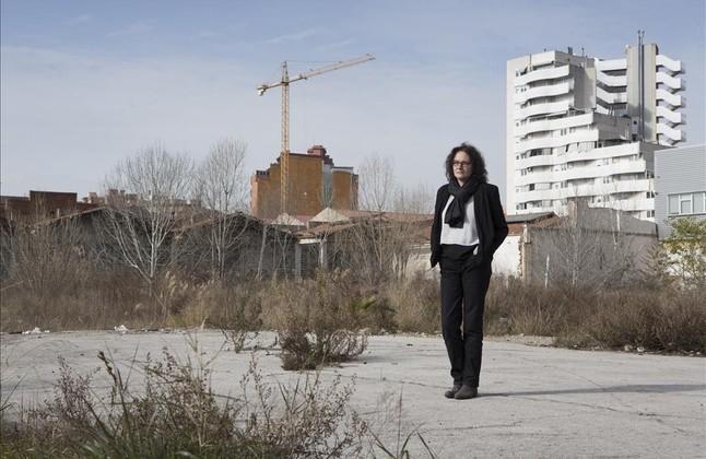 La escritora barcelonesa, en un descampado del Hospitalet, en los escenarios gris asfalto donde se situa su novela, La última llamada.