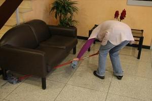 Empleada de la limpieza, en un local de oficinas.