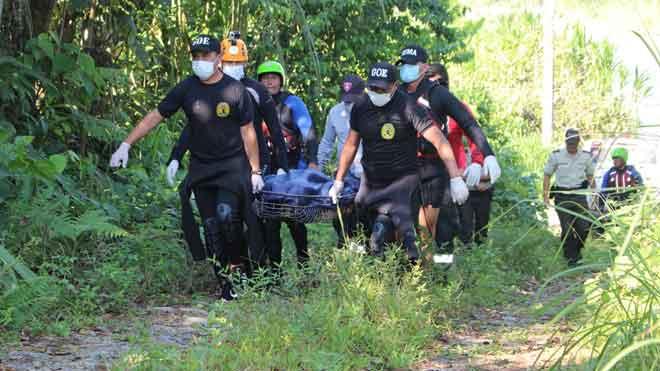 Encontrado muerto el joven español desaparecido en Ecuador. En la foto, los servicios de emergencia trasladan el cuerpo.