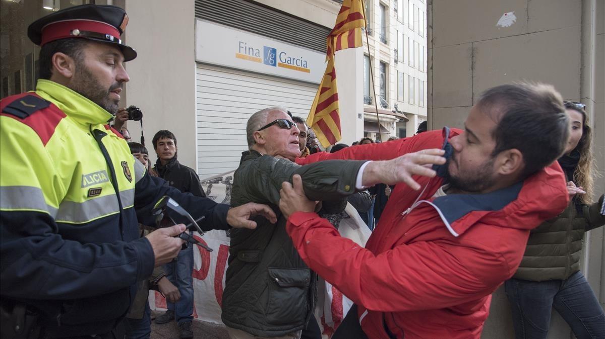 Enfrentamientos en la calle Major de Lleida durante la jornada de huelga.