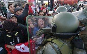 Enfrentamientos entre manifestantes y policía en Santiago de Chile.