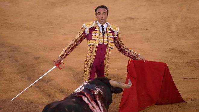 Enrique Ponce rinde homenaje a Ana Soria en la plaza de toros de Osuna.