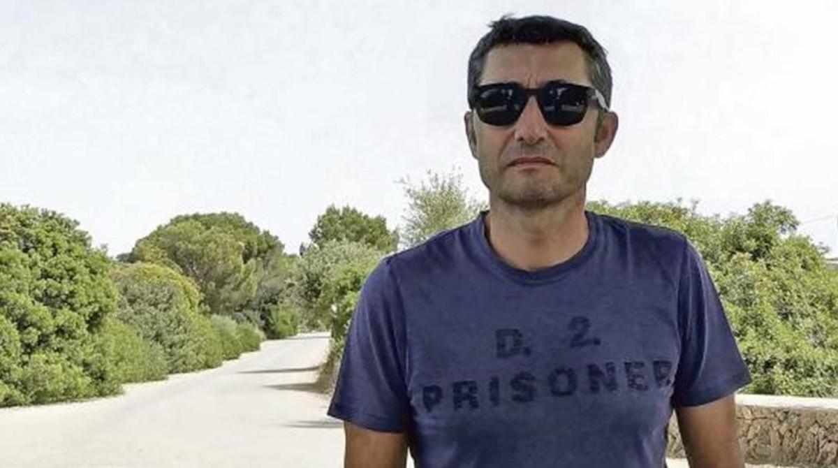 Ernesto Valverde, el pasado martes, en las afueras del hotel donde apura sus vacaciones junto a la Colonia de Sant Jordi, en Mallorca.
