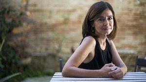 La escritora Marta Orriols, en el patio de la librería Casa Usher de Barcelona.